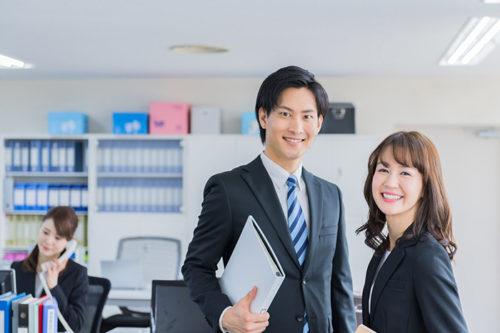 オフィスの中で微笑む男女