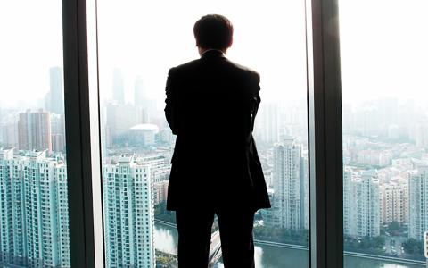街を見下ろす男性のシルエット